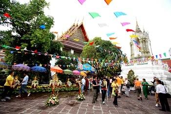 songkran party temple thai